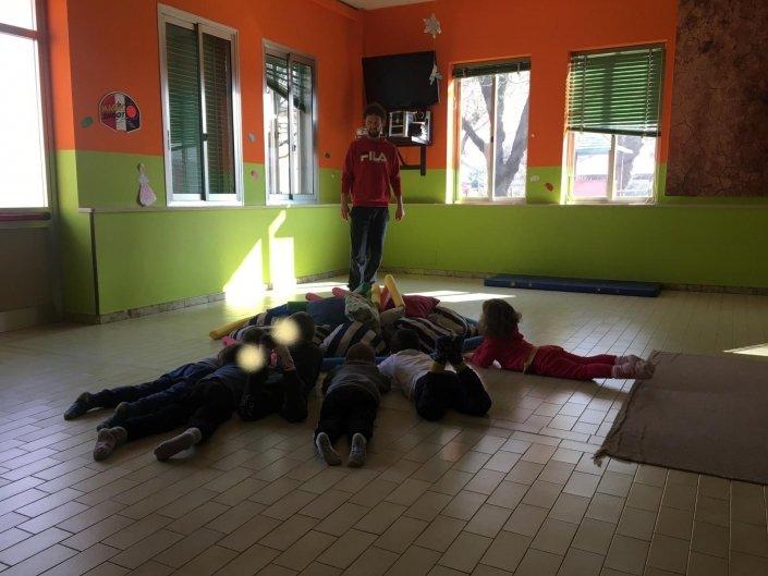 Psicomotricità Relazionale Bambini cuscini bastoni gruppo bambini